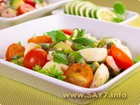 Салат с моцареллой, помидорами, креветками и авокадо
