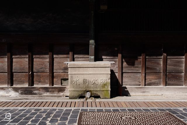 nalブログ。写真と旅と言葉たち nalblog.com 広島駅発、竹原市の町並みと海辺の景色 早朝広島駅を出発、広島県竹原市へと向かいます。今回は竹原の町並み保存地区とインターネットで見つけたフェリーで瀬戸内海を往復する「のとっこクルーズ」をするのが目的です。広島駅南口、Cホーム13番でバスを待ちます。7時11分、オレンジと青のラインが入った芸陽バスかぐや姫号に乗り込みます。 目立った渋滞もなくおよそ1時間で竹原に着きました。 町並み保存地区へは道の駅前のバス停で降りて歩いて向かいます。朝のコントラストの強い光は全景を撮るのには向きませんでしたが、建物のディテールが際立ってそれはそれで味がありました。「防火用水」西方寺の階段を登ったとこからの眺め壁や柱の質感や材質を見てみると、古いというよりは、逆にモダンな印象を受けました。黒い郵便ポスト。およそ150年前のポストと同じ型のものだそうです。 当時は書状集箱と言われていて、色も黒で屋根までついていたんですね。散策開始が8時半すぎ、日はもうとっくに登っていて、他の観光客もちらほら見かけました。 散歩中の紳士と「やっぱり夜明け...