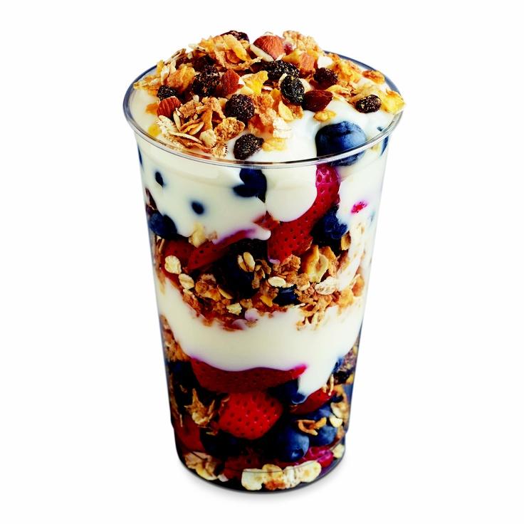 low-fat yogurt parfait with strawberries, blueberries and muesli - 270 calories
