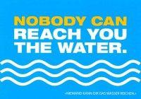 """Postkarte mit lustigen Sprüchen – Nobody can reach you the water. - """"Niemand kann dir das Wasser reichen."""""""