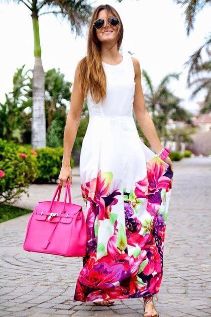 Comprar ropa de este look: https://lookastic.mx/moda-mujer/looks/vestido-largo-sandalias-planas-bolsa-tote-gafas-de-sol-pulsera/10578   — Gafas de Sol Negras y Doradas  — Vestido Largo de Flores Blanco y Rosa  — Pulsera Rosa  — Bolsa Tote de Cuero Rosa  — Sandalias Planas de Cuero Plateadas