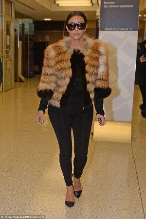 Kim Kardashian porte Grease P (pantalon )