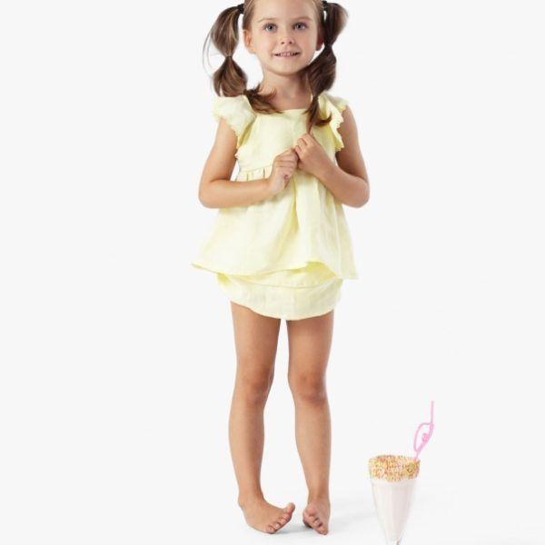 vaaleankeltainen paitamekko ja röyhelöhousut