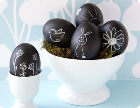I wasn't planning on dying eggs... this might make me change my mind! TOO COOL!Chalkboards Painting, Chalkboard Paint, Chalk Boards, Easter Eggs, Painting Eggs, Chalkboards Eggs, Eggs Decor, Crafts, Easter Ideas