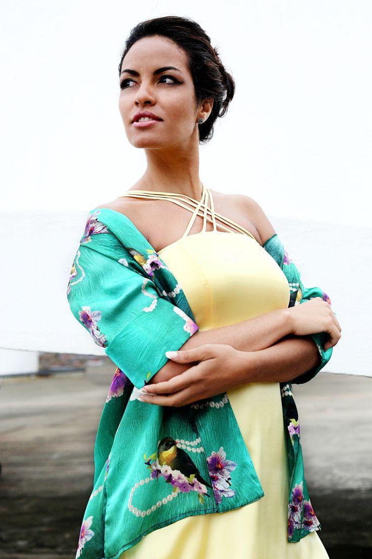 Vestido de seda amarelo soneto com alça tripla cruzada e Kimono de seda com estampa de pássaros | Compre o Vestido Seul e o Kimono Kioto onlie: www.grege.com.br