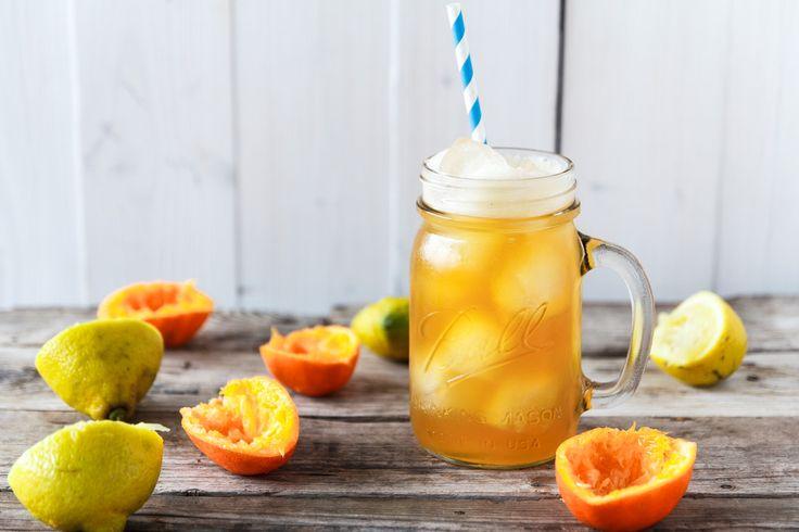 Heute gibt es bei uns eine superduber leberreinigende Detox Lemonade mit Zitrone, Mandarine und Kokosblütensirup – soooo lecker!