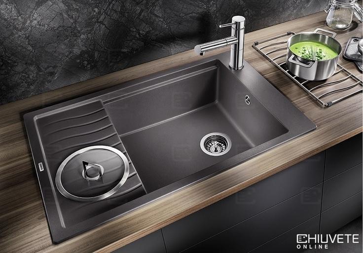 Design modern ondulat al chiuvetei si accesorii care se potrivesc perfect