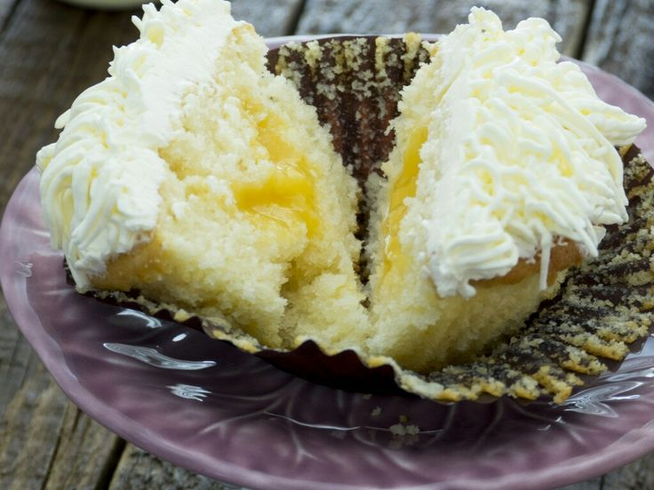 Lemon cupcakes stuffed with lemon curd - Mi Dulce Valentina