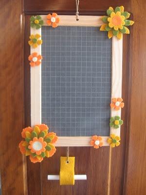Felt flowers decorated blackboard / Lavagnette primaverili decorate con fiorellini in feltro