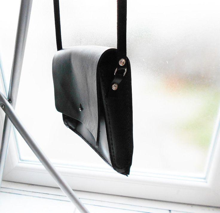 sac à main cuir noir à rabat avec strass fait main de la boutique bout2bijoux sur Etsy