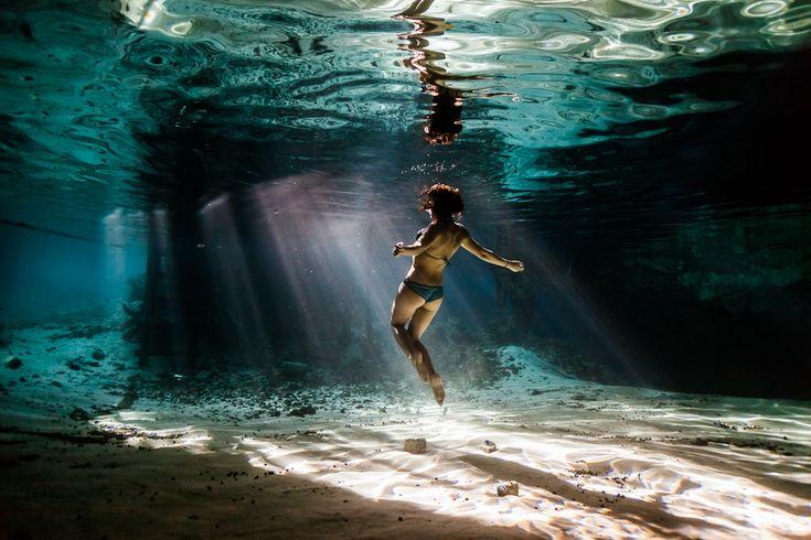 kakujinblog: 9814_1334973369_1.jpg ここは、メキシコのグラン・セノーテと呼ばれる場所だ。メキシコ、グアテマラ、ベリーズにまたがり、メキシコ湾とカリブ海との間に突き出ている半島をユカタン半島というが、その地下を流れる巨大な地下水道をセノーテという。セノーテ(地下水道)には総延長が150kmを超えるものもあり、中で迷ったり、道を逸れてしまったら生きては帰れない。 セノーテには半島の各地から潜ることができ、海に近い場所を除いて真水。洞窟の奥から入り口を見上げると、水なんて存在しないかのようだという。 http://www.kakujinblog.com/cenote-trip/