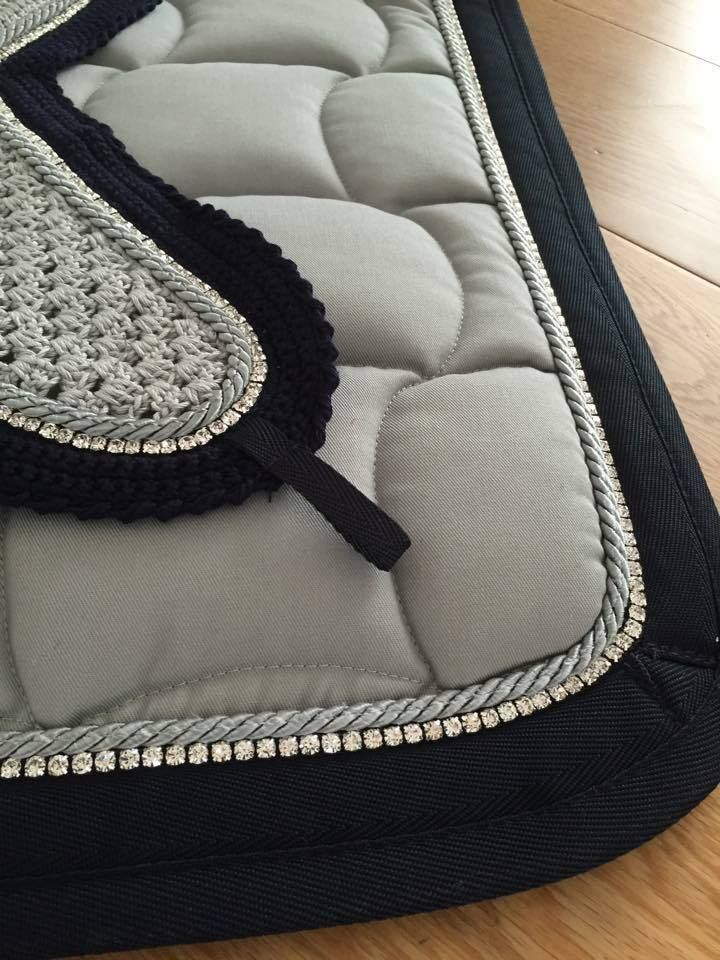 ANNA SCARPATI BLACK & GREY ZAIRA FLY VEIL & QUADRO SADDLE PAD SET This set comes in colour 25 Grigio, Grey with Double Black Binding, one row of Grey piping and Swarovski Crystals.