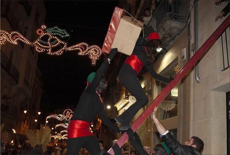 Cabalgata de Reyes Magos de Alcoy. En Navidad se celebra la más antigua cabalgata de España y probablemente del mundo, que data de 1866, de interés turístico nacional. También es de destacar el tradicional Belén de Tirisiti.