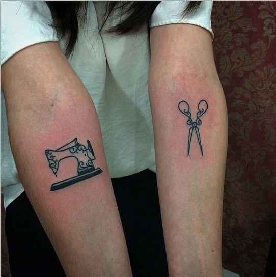 Tatuaggi sulle braccia forbici e macchina da cucire