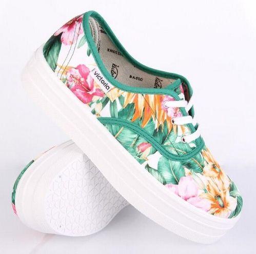 Zapatillas con estampado floral de Victoria