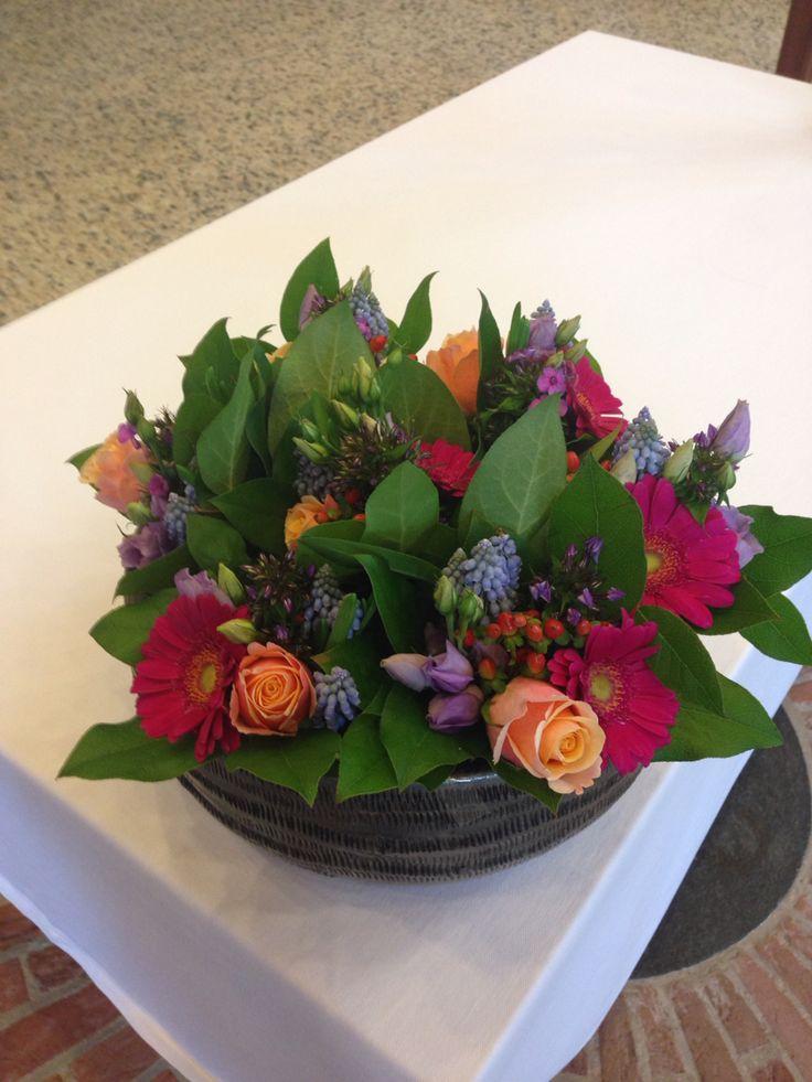 Avondmaal bloemwerk.  Bijpassend bij de bloemen over Exodus 34: 6,7. De bloemen van de karakter eigenschappen zijn verwerkt in 7 kleine boeketjes, die met elkaar 1 schaal vullen.
