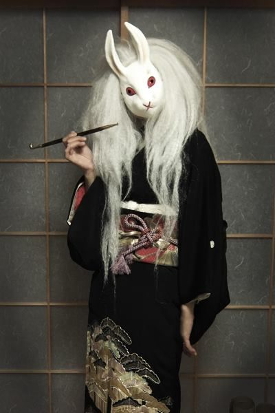 "Viewing the moon rabbit ""tamasato"" wears a kurotomesode."