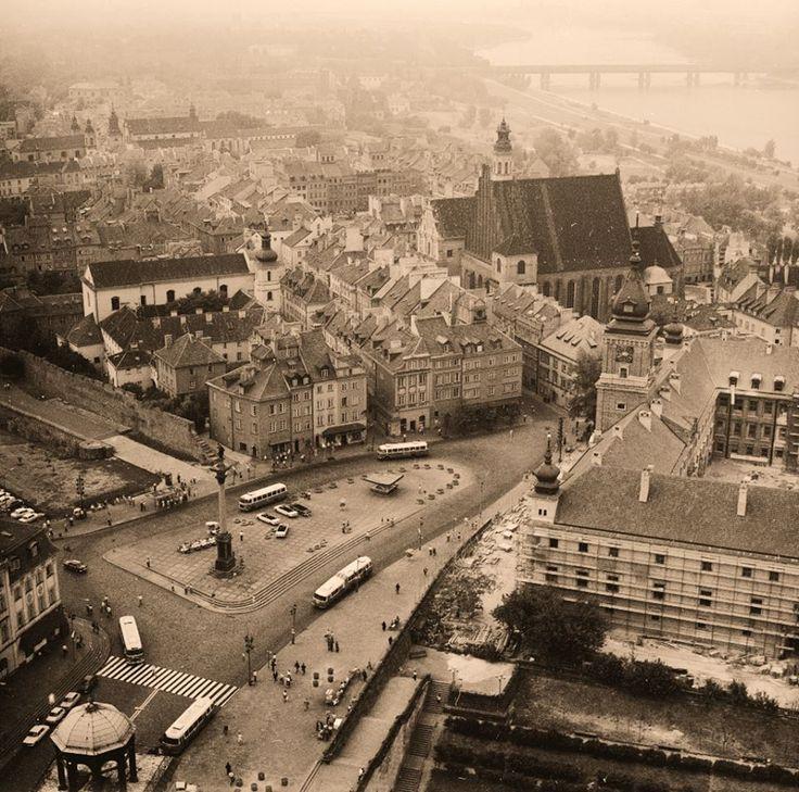1974 r. - trwa odbudowa Zamku Królewskiego - widoczne rusztowanie po prawej stronie.     Fot. Lech Zielaskowski, źródło: NAC