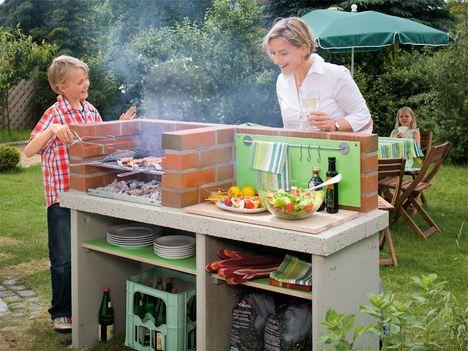 Grill-Spaß im Garten (Anleitung: http://selbermachen.de/garten/grillen/holzkohlegrill/gemauerten-grill-selber-bauen-so-gelingt-es-sicher)