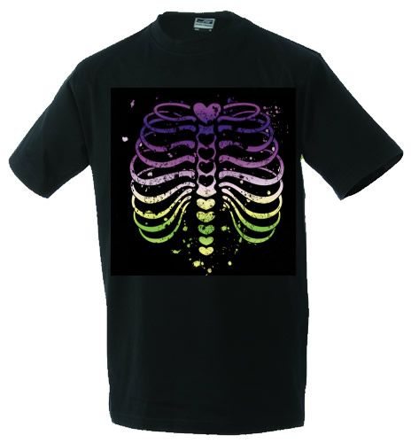 Unisex T-shirt Colourfull Ribs. Halloween komt er aan! Wil je pronken met zo'n kleurrijke ribbenkast? Bestel dan snel dit T-shirt! Leverbaar in de maten S t/m 3XL. De afbeelding is ca 35 x 40 cm groot.  Omdat dit T-shirt speciaal voor jou geproduceerd wordt kan de levertijd 2 werkdagen langer zijn dan normaal. Het op maat gemaakte T-shirt kan niet geretourneerd worden.