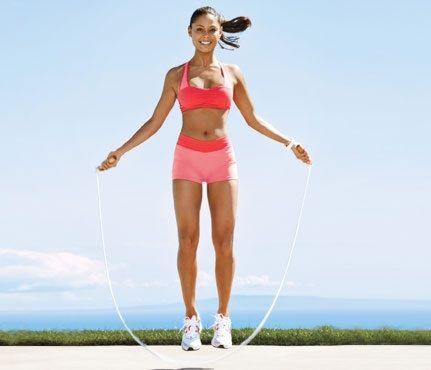 Saltar lazo es uno de los ejercicios aeróbicos más eficientes, es económico, divertido, se puede hacer en el gimnasio o en casa, hace bien a la salud ofreciendo resultados en poco tiempo. ¿No es una maravilla?