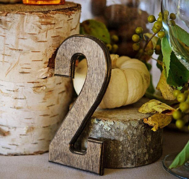 wooden table number and stand for centerpiece | alzatina in legno per centrotavola e numero del tavolo in legno | Un matrimonio dal profumo di legna ardente e caldarroste | A wedding day by the smell of burning wood and roasted chestnuts http://theproposalwedding.blogspot.it/ #woodsy #wedding #wood #wooden #fall #autumn #matrimonio #autunno #legno
