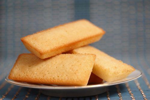 Ces petits gâteaux à la poudre d'amandes et en forme de lingots sont si délicieux ! Les financiers peuvent être dégustés avec un thé, un café gourmand, une glace ou tout simplement au goûter. Découvrez cette recette facile pour faire des financiers aux amandes.
