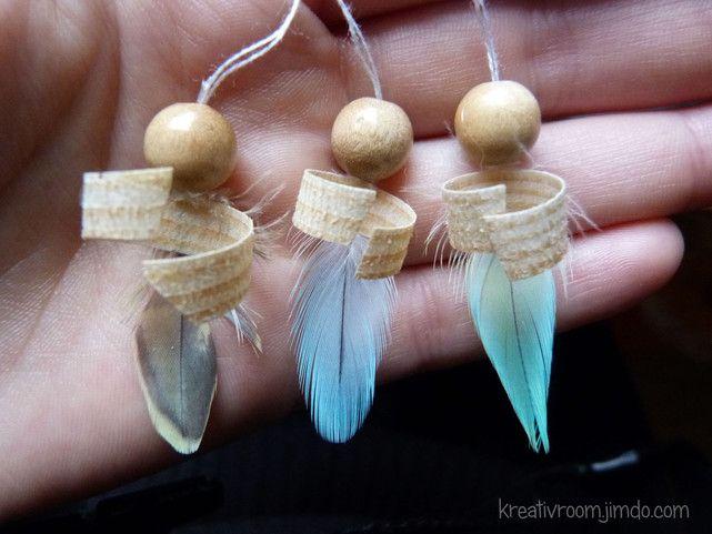 Engel, aus Federn, Perlen, Sägespäne, Draht und Kleber