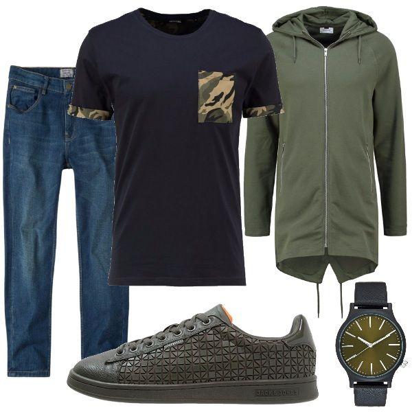 Outfit sportivo adatto a tutti i giorni composto da: jeans, t-shirt con motivo militare, felpa lunga con zip e cappuccio tinta unita verde oliva come le sneakers basse e orologio nero con il quadrante verde militare.
