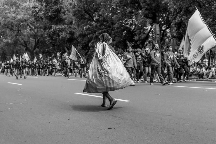 Lawan Arus | Ditrotoar  |  Street Photography