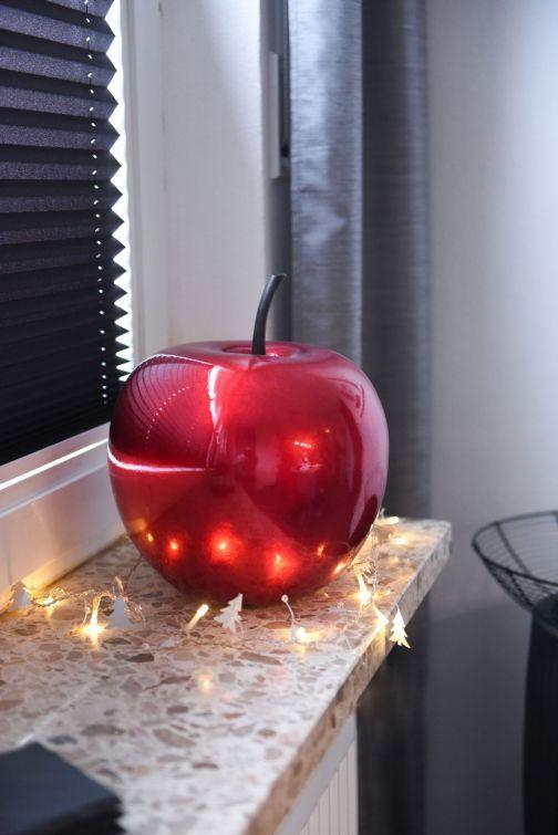 Roter Deko Apfel mit schönem Hochglanz Look auf einer Fensterbank mit Lichterkette.  #Weihnachten #Weihnachtsdeko