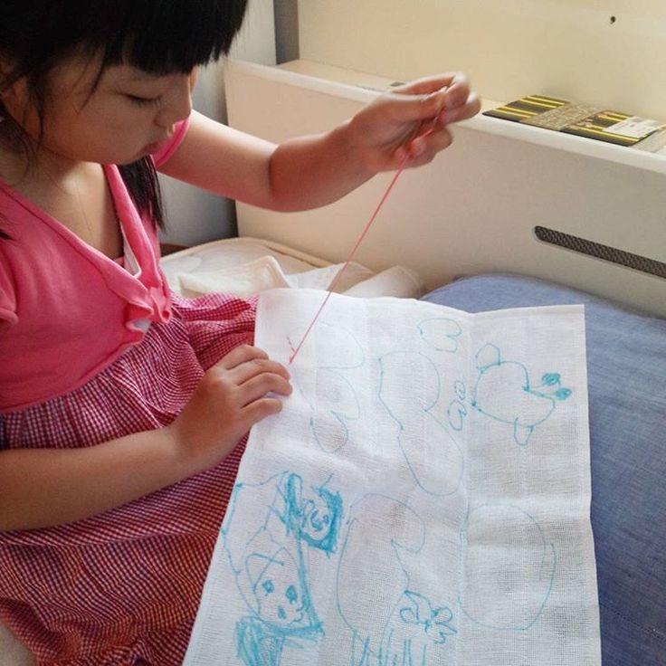 初の縫い物  2歳息子がお昼寝してる時にあたしが刺し子をしていたら、縫い物してみたいとのこと。  目の荒い蚊帳ふきんと針先のとがってないクロスステッチ用の針と刺し子糸&刺繍糸です。  図案は自分で描いて、チョウチョとハートとパパ、ママ、自分らしいです。ママのお腹の中には弟がいるらしいです。。。 左きき。なんとなく縫ってました。  #娘の縫い物#親バカ