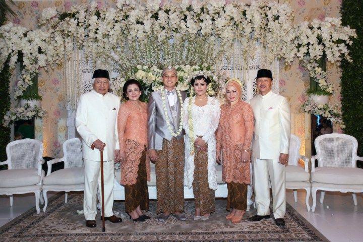 Pernikahan adat Jawa di rumah yang diadakan oleh Aliyah dan Eka, bisa jadi inspirasi loh. Yuk, baca selengkapnya!