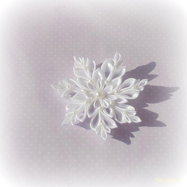 Sněhobílé Sněhová vločka vyrobená technikou kanzashi ze saténových stuh. Tato vločka je v bílé barvě. Dozdobena je dekorativními kamínky. Průměr vločky je 11cm. Cena za 1kus! Do zimy budete potřebovat výrobky mé kolegyně Gabrinela,její čepička pro malé slečny je nádherná.