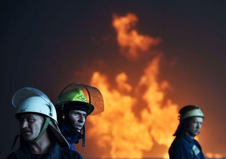 Ukrainalaiset palomiehet sammuttamassa polttoainevaraston tulipaloa