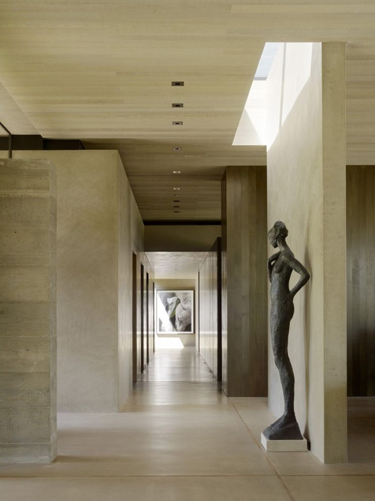 The spine with boxy lines (ugly statue lol) - San Joaquin Valley Residence / Aidlin Darling Design