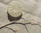 Sea glass. Fondo di bottiglia in vetro chiaro. Decorato con filato di cotone ecrù. Pezzo da collezione.