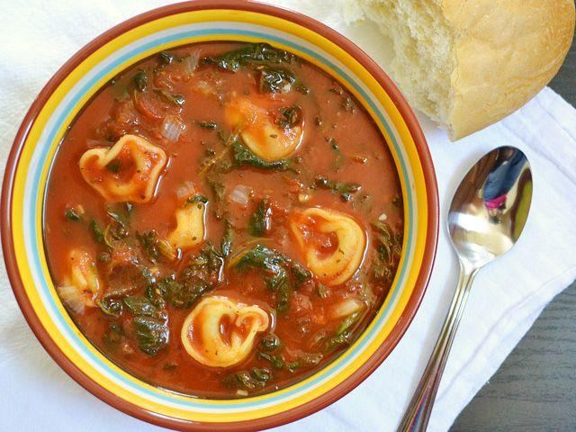 Tomaten-Spinat-Suppe mit Käsetortellini