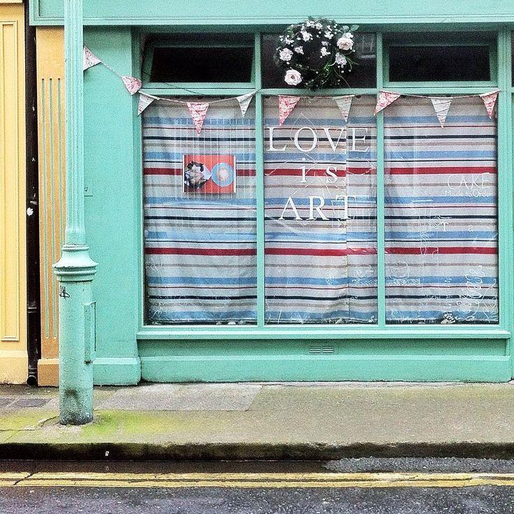Love is Art in Dublin by La ciudad al instante#laciudadalinstante #dublin #irlanda #travel #streetstyle #streetview #facade #fachada #art #ig_europe #travel #communityfirst La ciudad al instante
