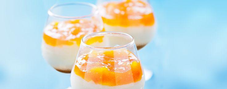 Deze vier eenpersoons cheesecakes worden geserveerd in een whiskyglas en zijn versierd met een fruitige mix van mango, passievrucht en kruisbessen. Je kunt ze ruim van tevoren klaarmaken en bewaren in de koelkast.