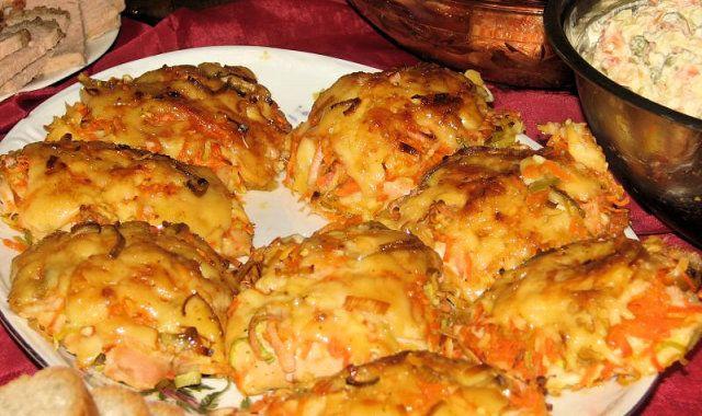 Filety z kurczaka przekładane marchewką, porem i żółtym serem