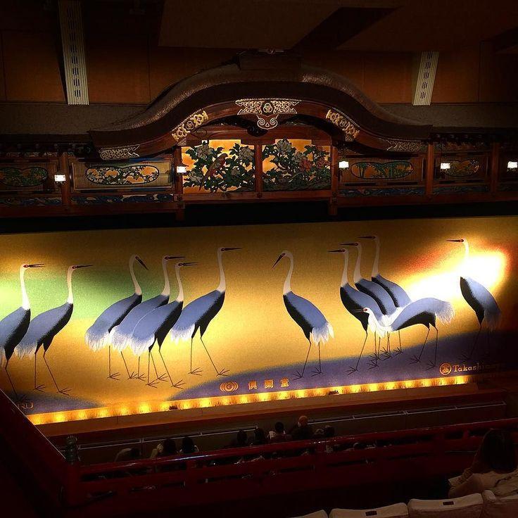 В театр квартала Миягава-тё стоит прийти хотя бы для того чтобы увидеть тамошний шикарный занавес #театр #мидокоро #Миягаватё #гейши #Киото #Япония #представление #сцена #антракт #танец #фестиваль #ткани #текстиль