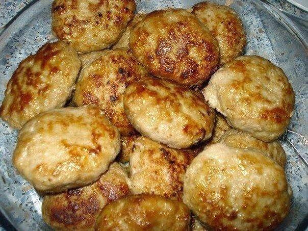 """Самые вкусные рецепты: """"Секретные"""" котлеты Ингредиенты: 1,5 кг фарша (свинина с говядиной) 3,5 средних картофелины (не вареных) 3,5 луковицы 1 булочка (или белый хлеб) 1 яйцо молоко соль, перец, горчица, растительное масло"""