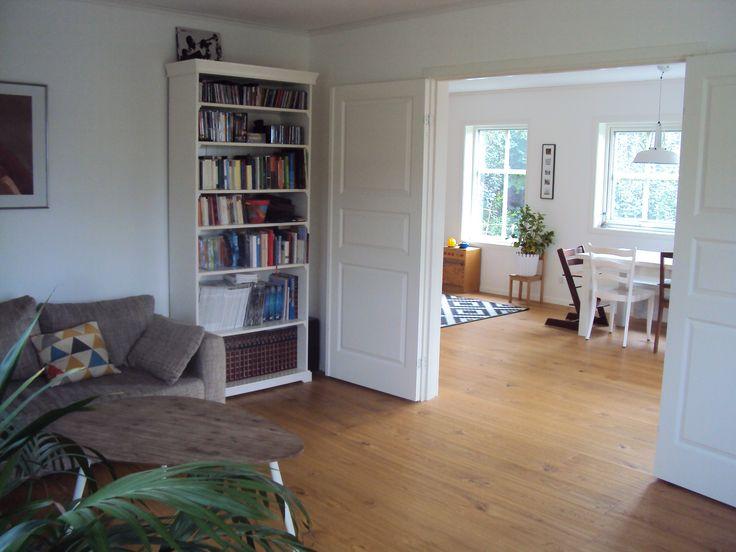 schwedenhaus atle blick vom wohnbereich durch die offen stehende doppelt r in das esszimmer. Black Bedroom Furniture Sets. Home Design Ideas