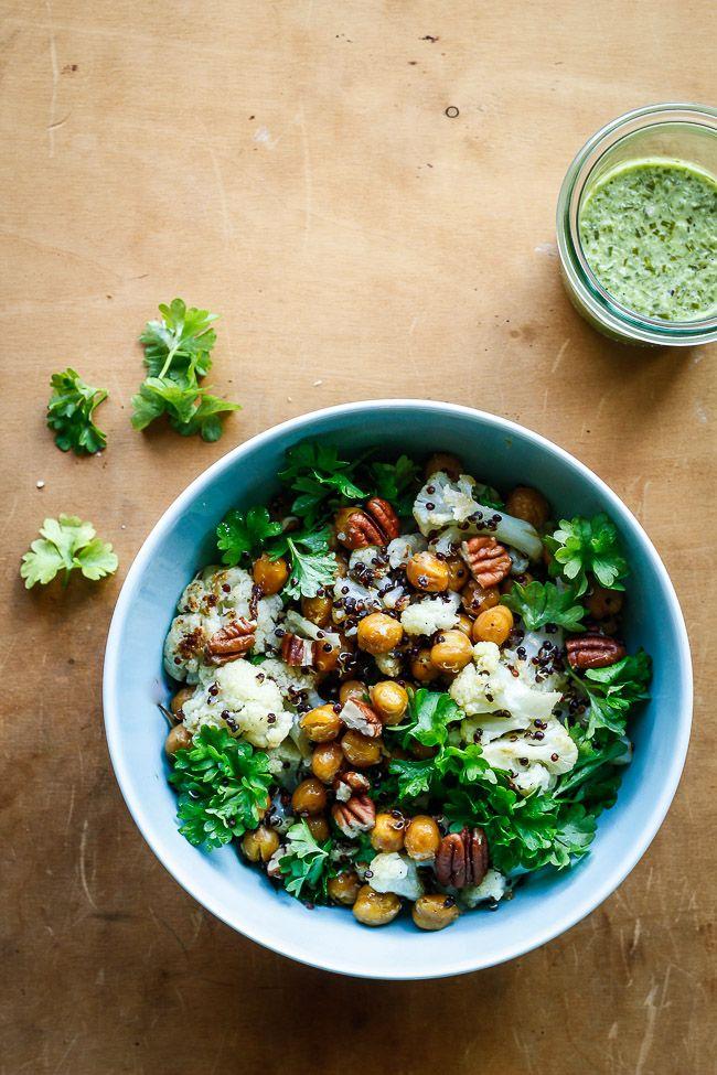 Nem og lækker salat med bagte kikærter, blomkål og quinoa. Spis den vegetarisk eller med grillet kylling/fisk. Sund og mættende aftensmad eller frokost.