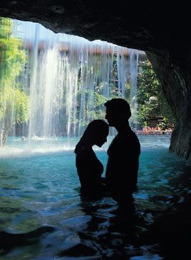 Hawaii Honeymoons- best things to do in Hawaii while on your honeymoon. Great tips!.