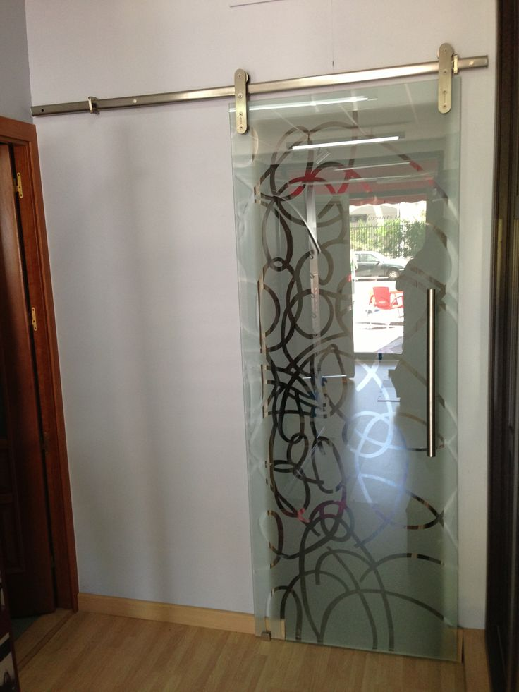 Puerta corredera de vidrio templado decorado con sistema for Puertas de cristal templado