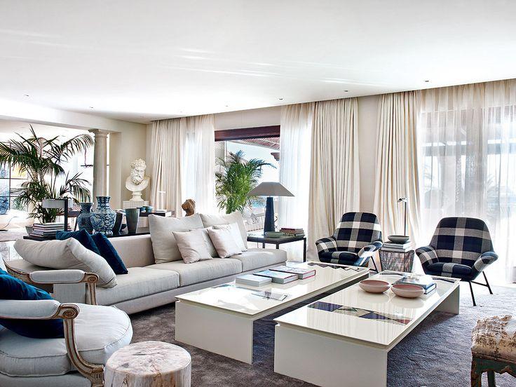 Кресла отличного от дивана цвета, но синие диванные подушки связующее звено