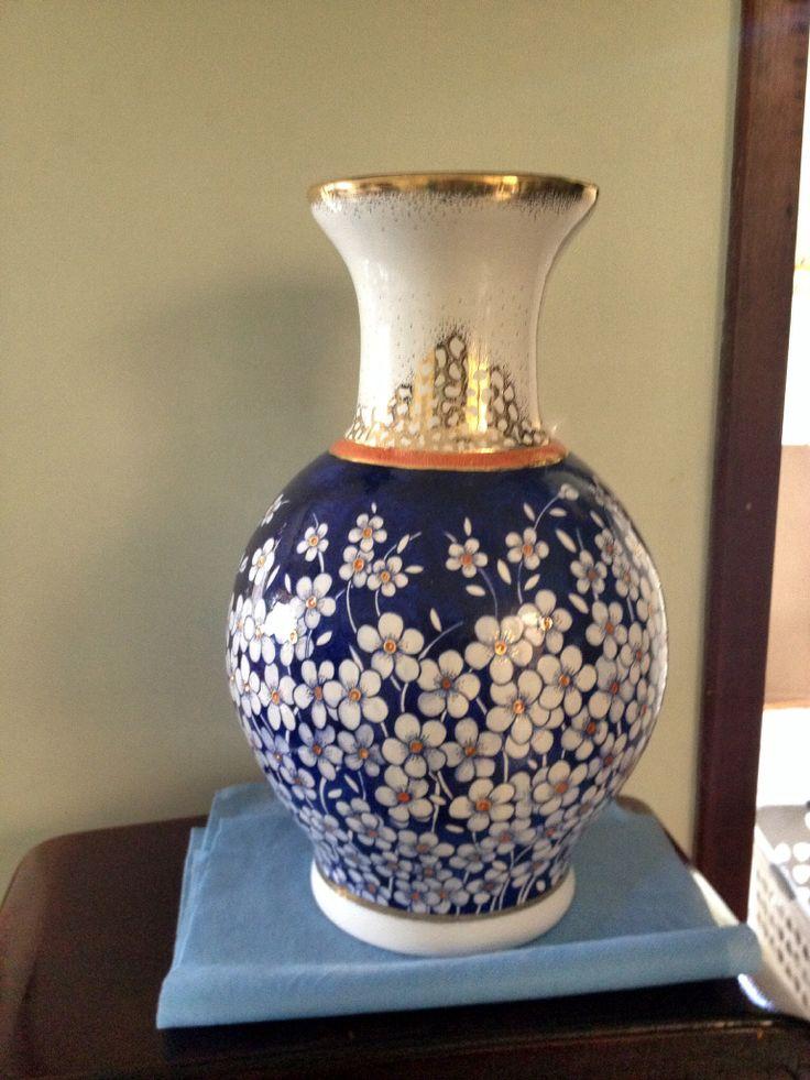 Vaso modelado em argila branca com chamote,esmaltada e pintada com corante azul cobalto.numa ultima queima trabalhada em ouro