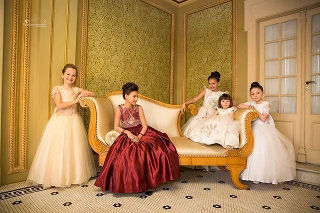Deixe a sua daminha bilhar em seu casamento. As lindas princesas no Castelo Do Batel.  #pequenadama #castelodobatel